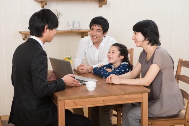 男性に説明を受ける家族