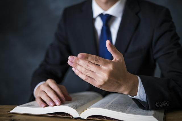 本を開いたビジネスマン