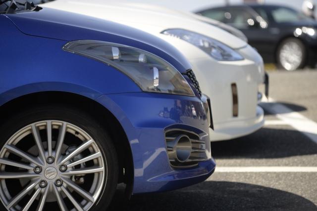 並んだ青の車と白の車