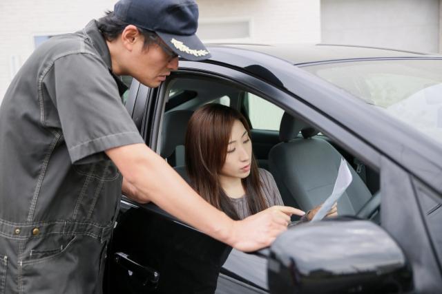 車の査定額に納得行かない女性