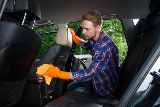 車の内装を掃除する