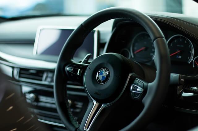 BMWの運転席