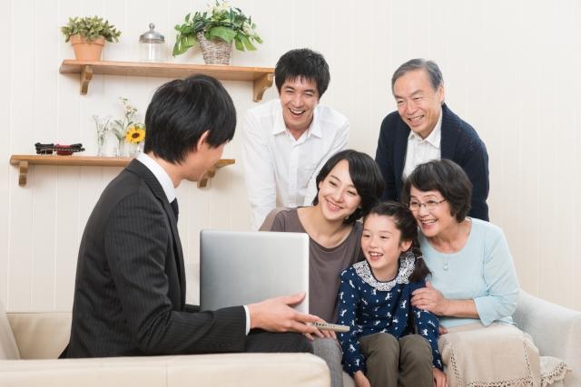 家族に対して営業する男性