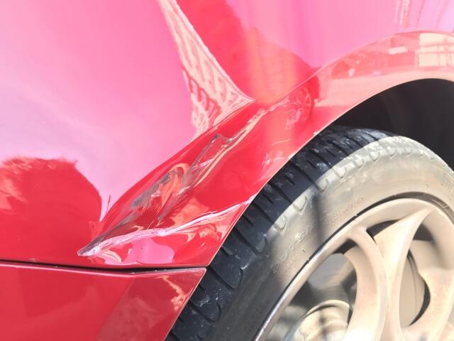 傷と凹みが入った車
