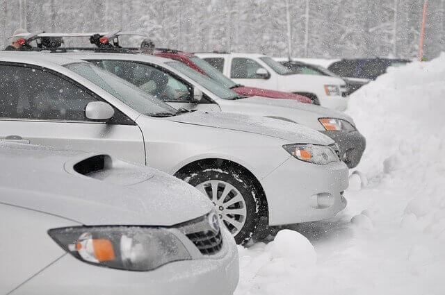 雪が積もったところに車を駐車