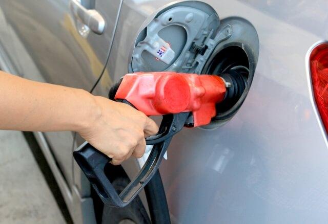 ガソリンの給油中