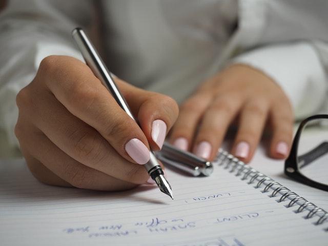 書類の手続きをする女性