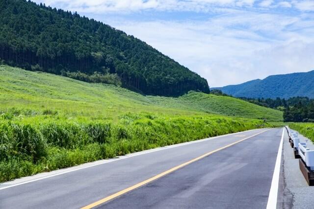 オレンジの車線が引かれた道路