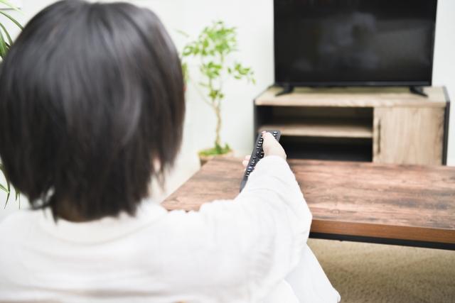 TVを見る女性