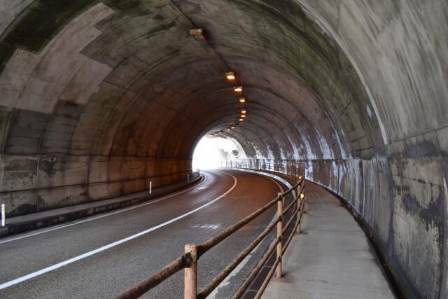 トンネル内の道路