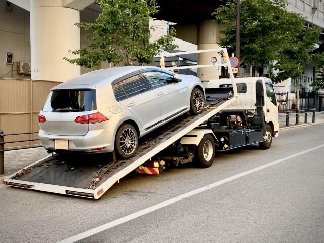 レッカー移動させられる車