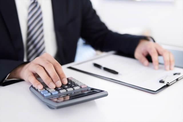 税金の計算をする男性